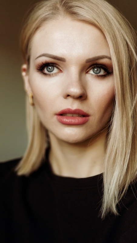 Image shows clean beauty Barbara wearing Red Apple Lipstick's bronzer makeup product in the shade called Sundrop