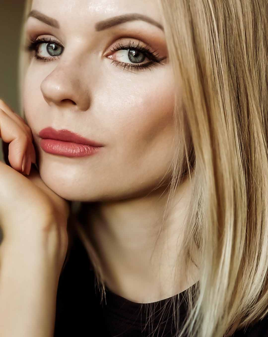 Image of Barbara A wearing a cat eye makeup look including her whole face makeup.